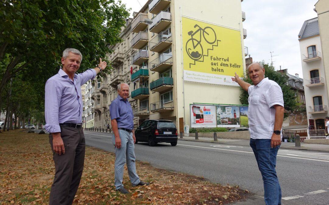 Größtes Plakat Wiesbadens ist Radverkehr gewidmet
